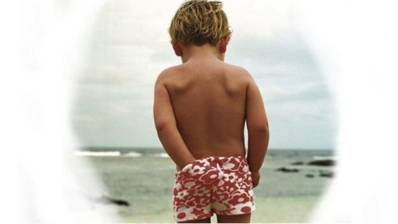 мальчик чешет попу в трусах
