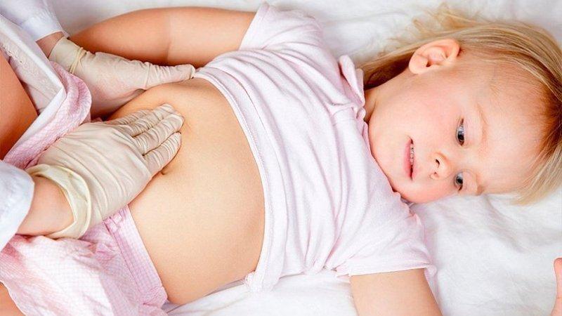 врач прощупывает ребенку живот