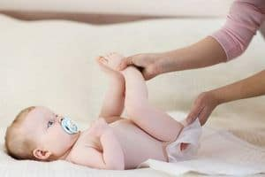 У ребенка в кале кровь при запорах: что делать