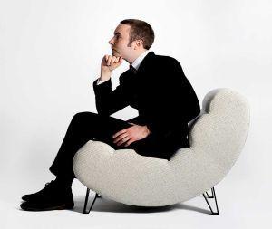 Правильное положение при сидении помогает избежать геморроя